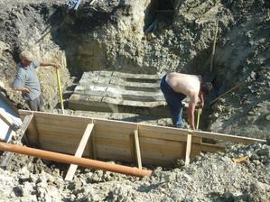 ...položení betonových panelů na zpevnění...