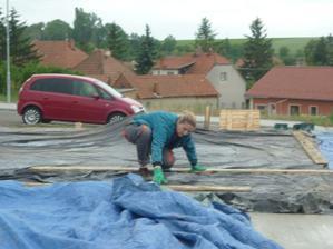 Počasí HODNĚ nepřálo-musela jsem beton hned přikrývat...