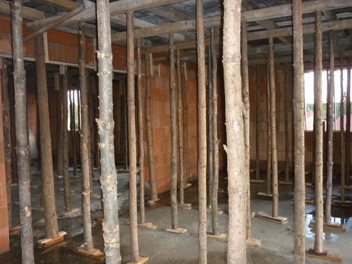 Příprava na betonové stropy - náš soukromý lesík ;-)