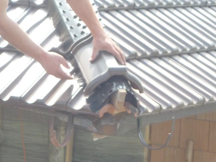 Střecha - Pokládání korýtek...
