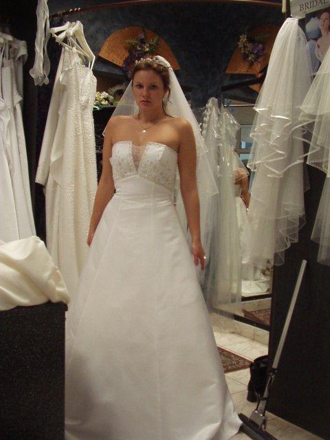 Svadba 29.april 2006_Erika a Marek - šaty, ktoré sa mi páčili, ale nebudem ich mať. Favoritky sem nemôžem pridať, veď čo ak by ich uvidel Marek?