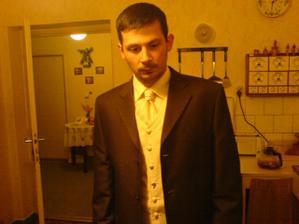 Hnedy oblek mu sedí, hoci na fotke nie veľmi vidieť čokoládová farba obleku