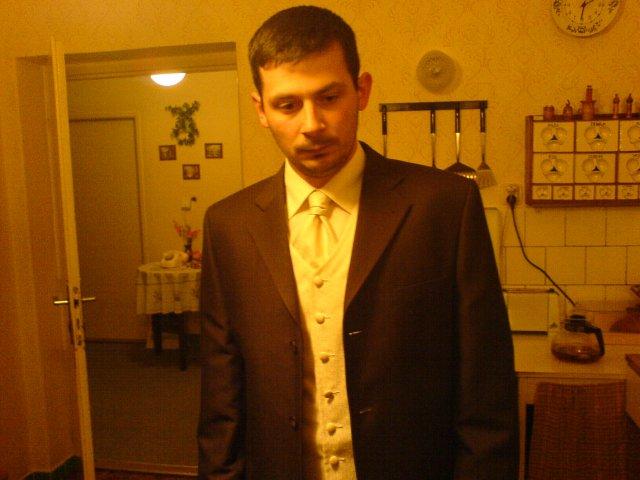 Svadba 29.april 2006_Erika a Marek - Hnedy oblek mu sedí, hoci na fotke nie veľmi vidieť čokoládová farba obleku