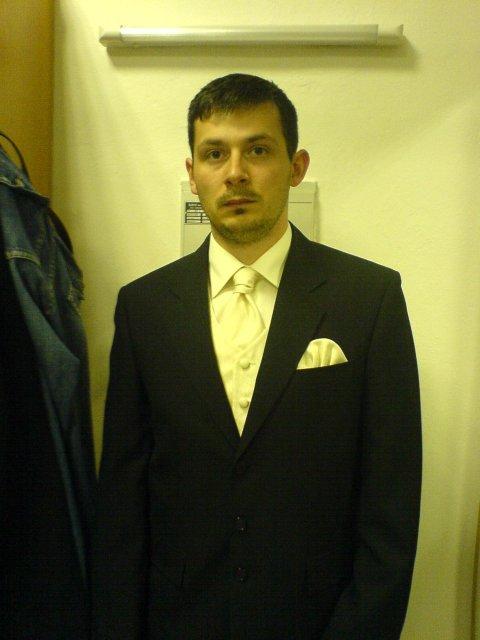Svadba 29.april 2006_Erika a Marek - Marek v čiernom obleku, nebolo to ono