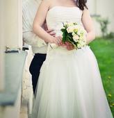 Jednoduché svatební šaty s tylovou sukní, 38