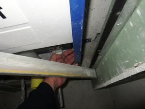 Je v poriadku ak sa sadrokarton neopiera o nosnu konstrukciu geberitu /bude závesne WC/? Neopadajú mi obkladačky nalepené na sadrokarton?