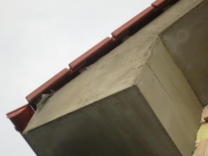 Opäť obdoskovanie strechy. Je to ok, keď im vznikla takáto diera. Ako to napraviť. Ďakujem.