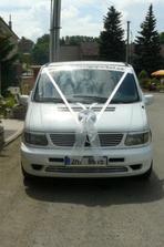 naše svatebně vyzdobené auto...