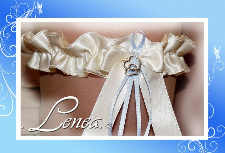 Podvazky pro nevěsty-od novinek po tradici - ...smetanový podvazek-stříbrná srdíčka...