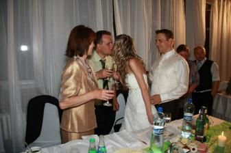 moji rodicia a v pozadi krstni rodicia