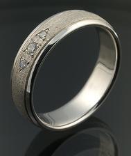 A tenhle bude můj snubní :-) Manžel bude mít ten samý, jen bez kamínků. Moc mu na zkoušce slušel.....a perlička - jak můj zásnubní, tak naše snubní prstýnky jsou z mého oblíbeného zlatnictví :-))