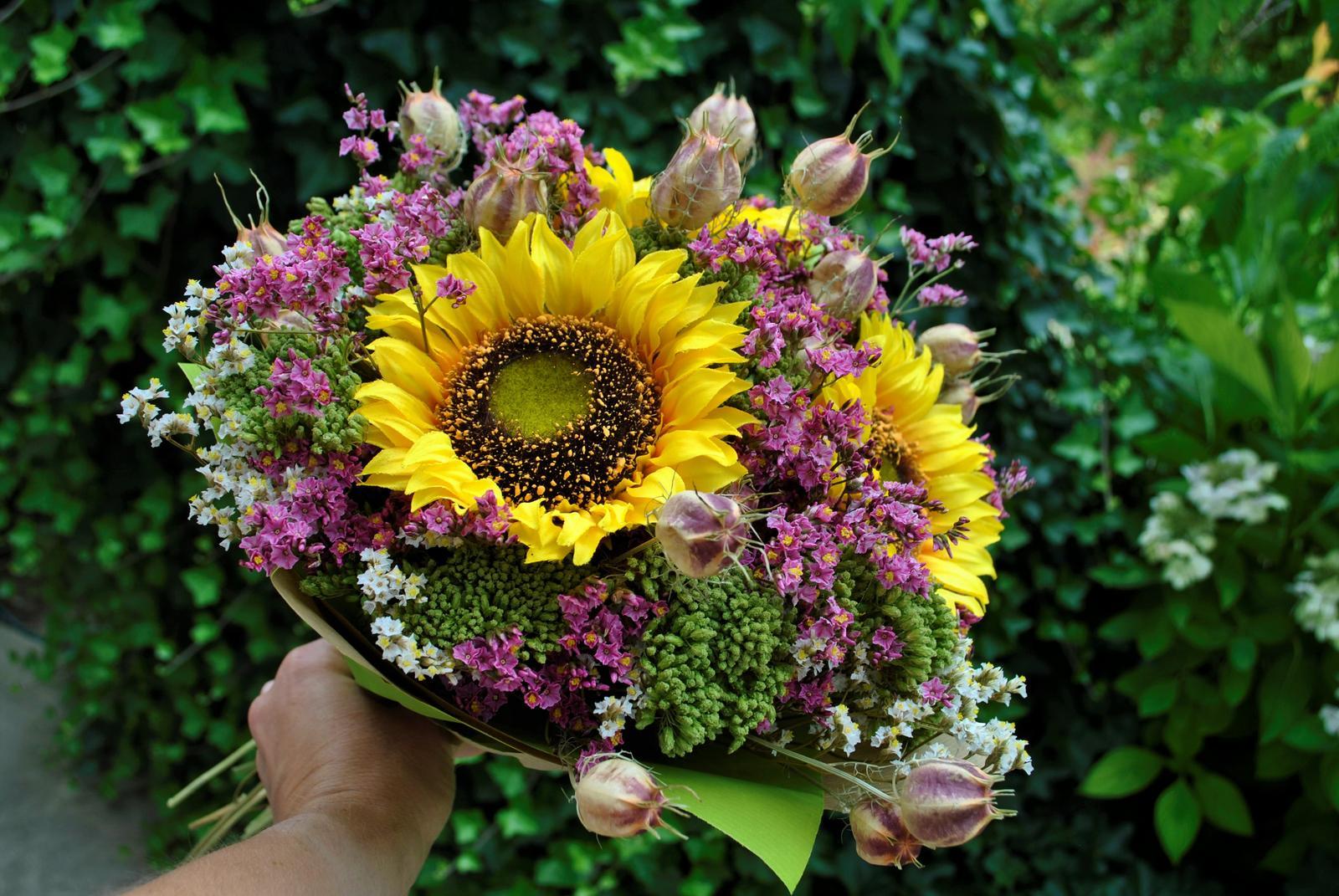 Kytica SLNEČNICE z textilných a sušených kvetov... potešenie z kvetov na dlhú dobu , kyticu aj samotné kvety nájdete v našej ponuke e-shopu - Obrázok č. 1