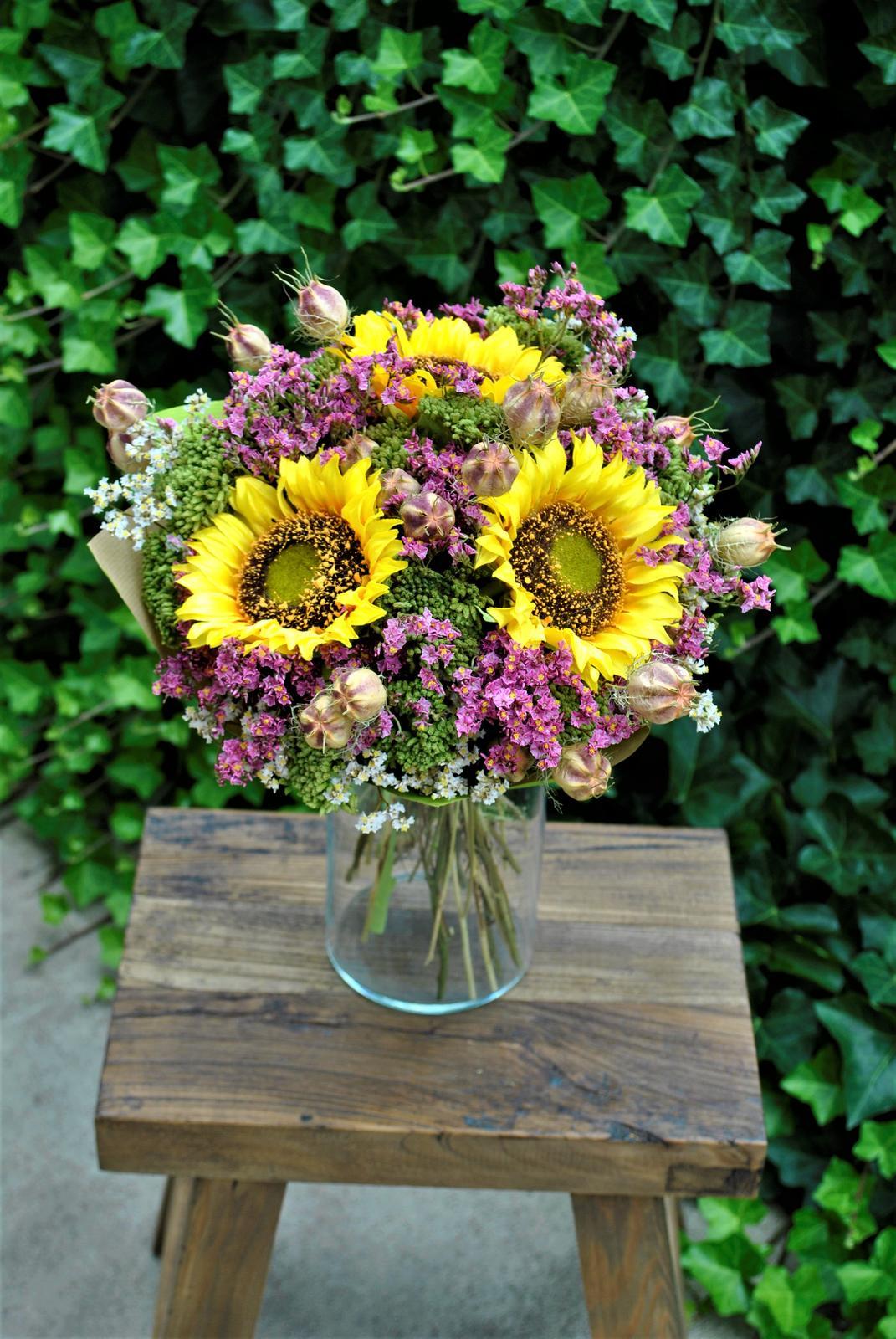 Kytica SLNEČNICE z textilných a sušených kvetov... potešenie z kvetov na dlhú dobu , kyticu aj samotné kvety nájdete v našej ponuke e-shopu - Obrázok č. 2