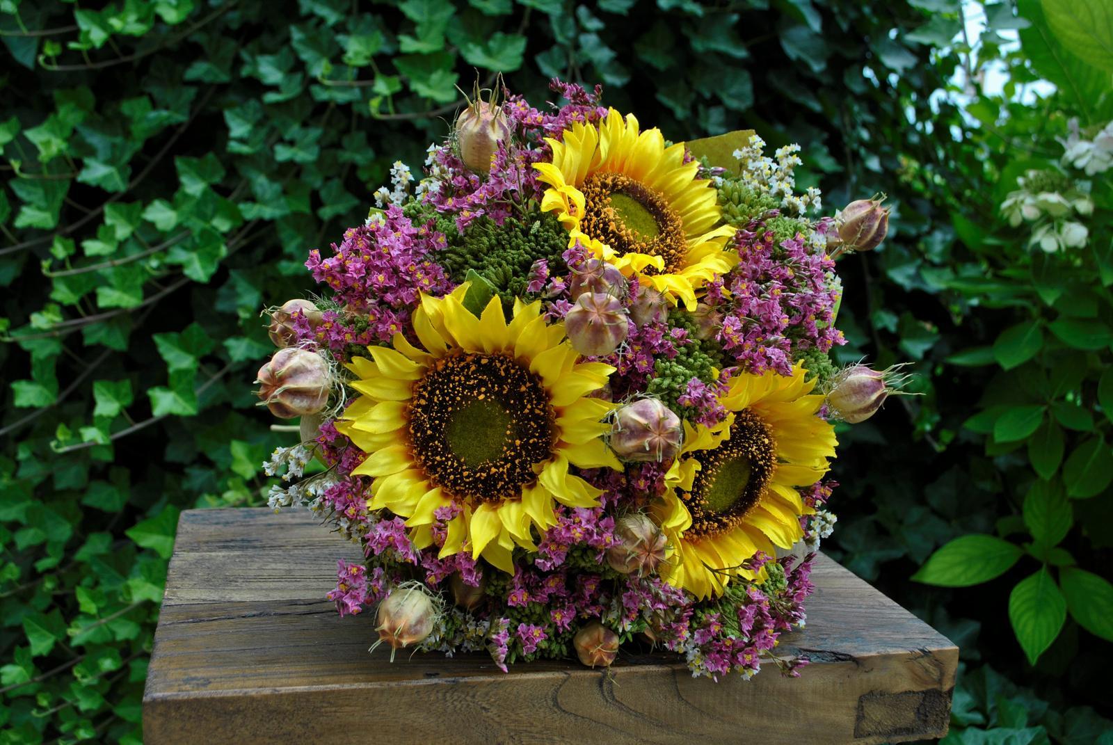 Kytica SLNEČNICE z textilných a sušených kvetov... potešenie z kvetov na dlhú dobu , kyticu aj samotné kvety nájdete v našej ponuke e-shopu - Obrázok č. 8