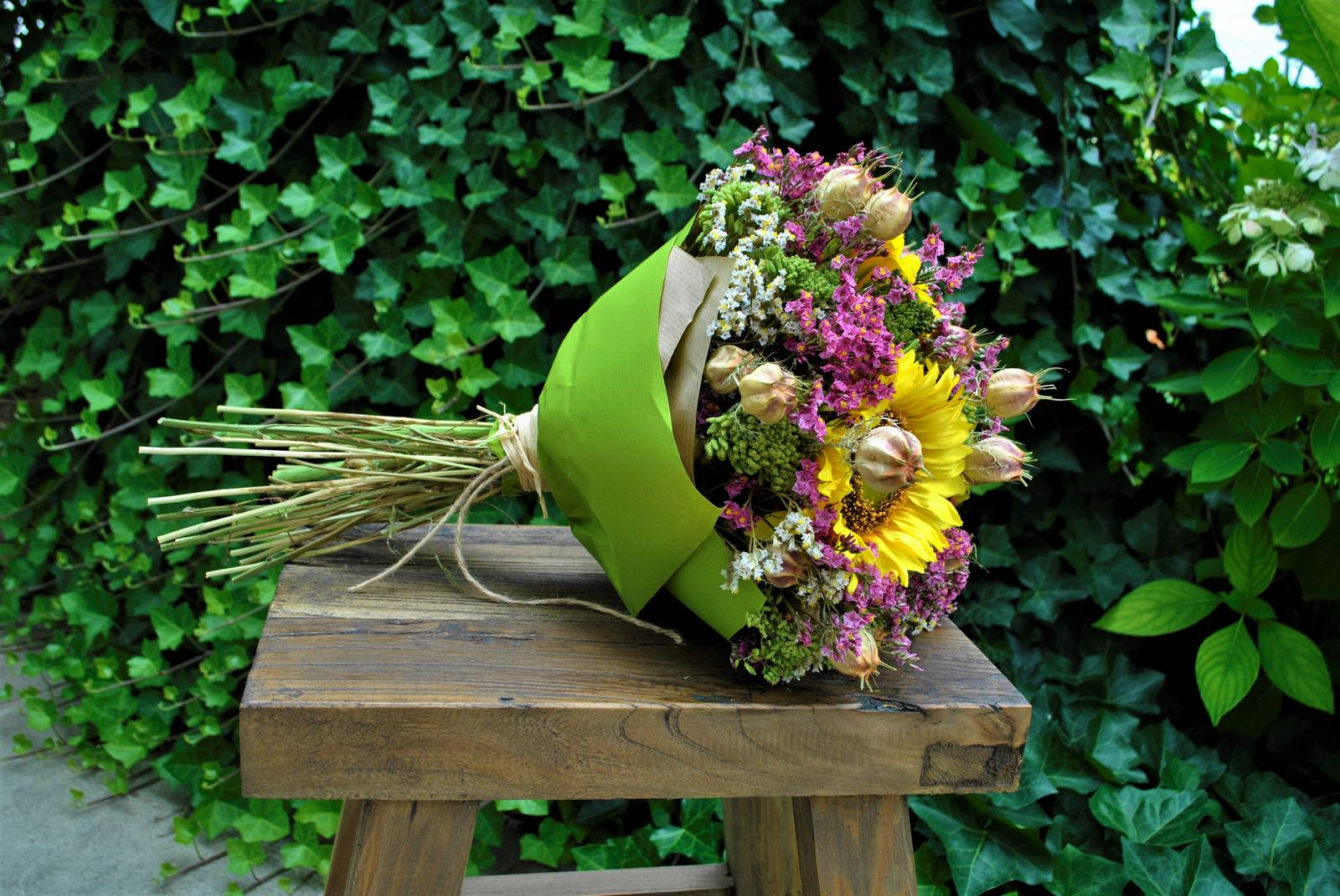 Kytica SLNEČNICE z textilných a sušených kvetov... potešenie z kvetov na dlhú dobu , kyticu aj samotné kvety nájdete v našej ponuke e-shopu - Obrázok č. 9