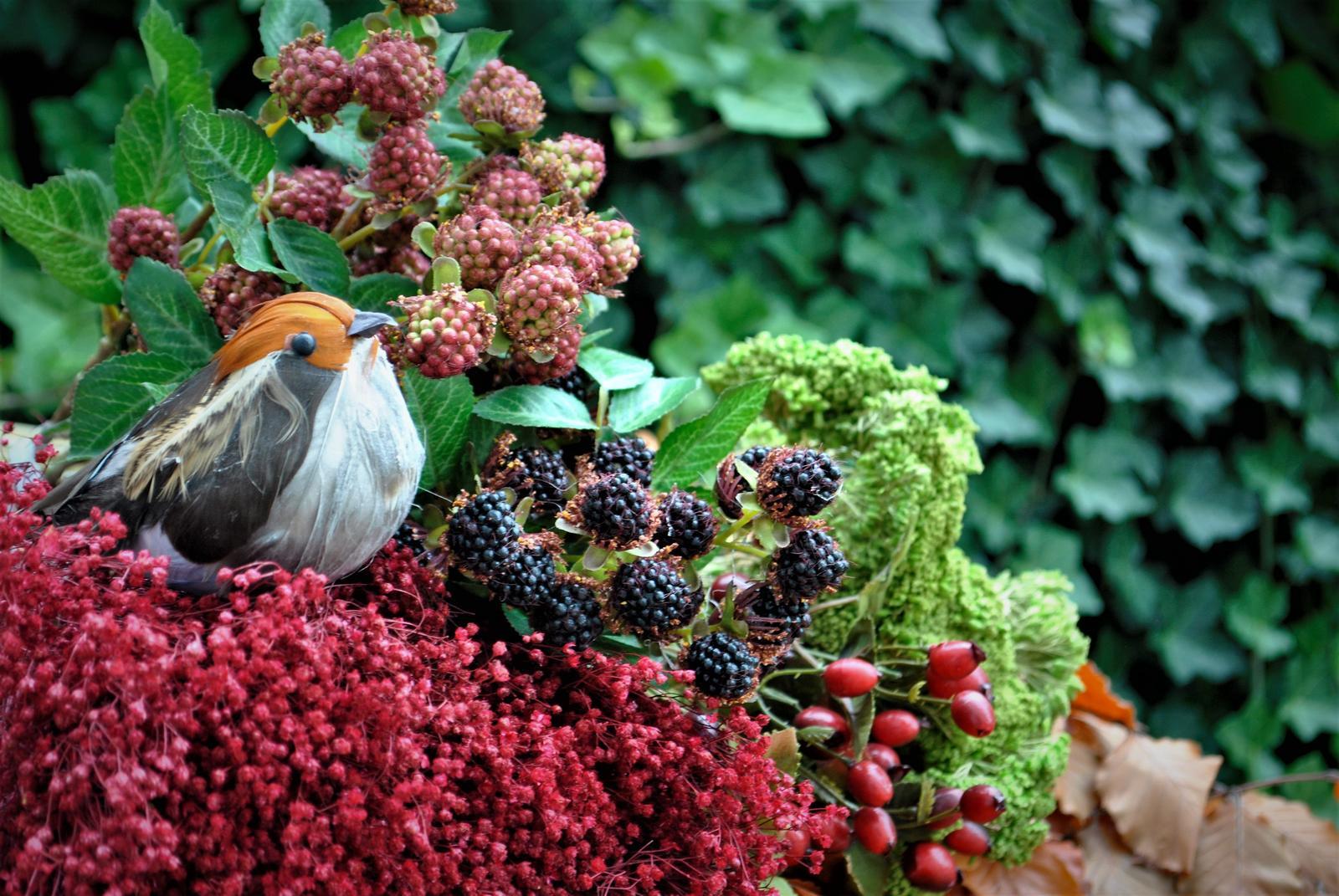 NOVÉ  stabilizované bukové konáre s listami v jesenných farbách , vtáčiky z pierok , černice , šípky a ďalšie jesenné dekorácie nájdete v našej ponuke e-shopu - Obrázok č. 1