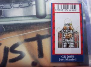 """super zástěra s nápisem """"just married"""", svatební dar pro ženicha. Na ruce ma zlatý snubáček :-)"""