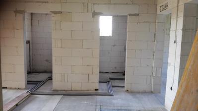 Pohľad na dve kúpelne