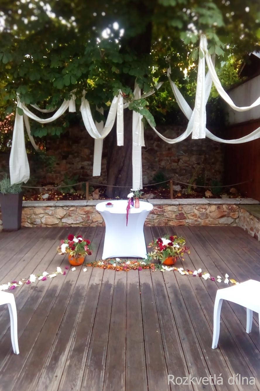 Podzimní svatba v bordó-krémové pro Káju a Toma - Podzimní dekorace svatebního místa pod kaštany