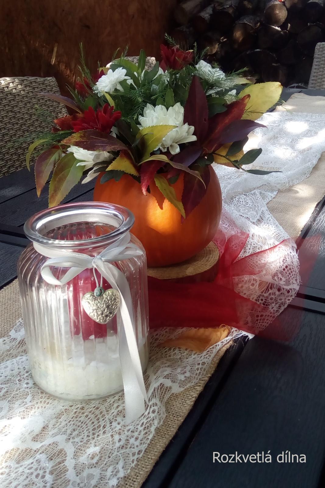 Podzimní svatba v bordó-krémové pro Káju a Toma - Dekorace stolů s dýněmi