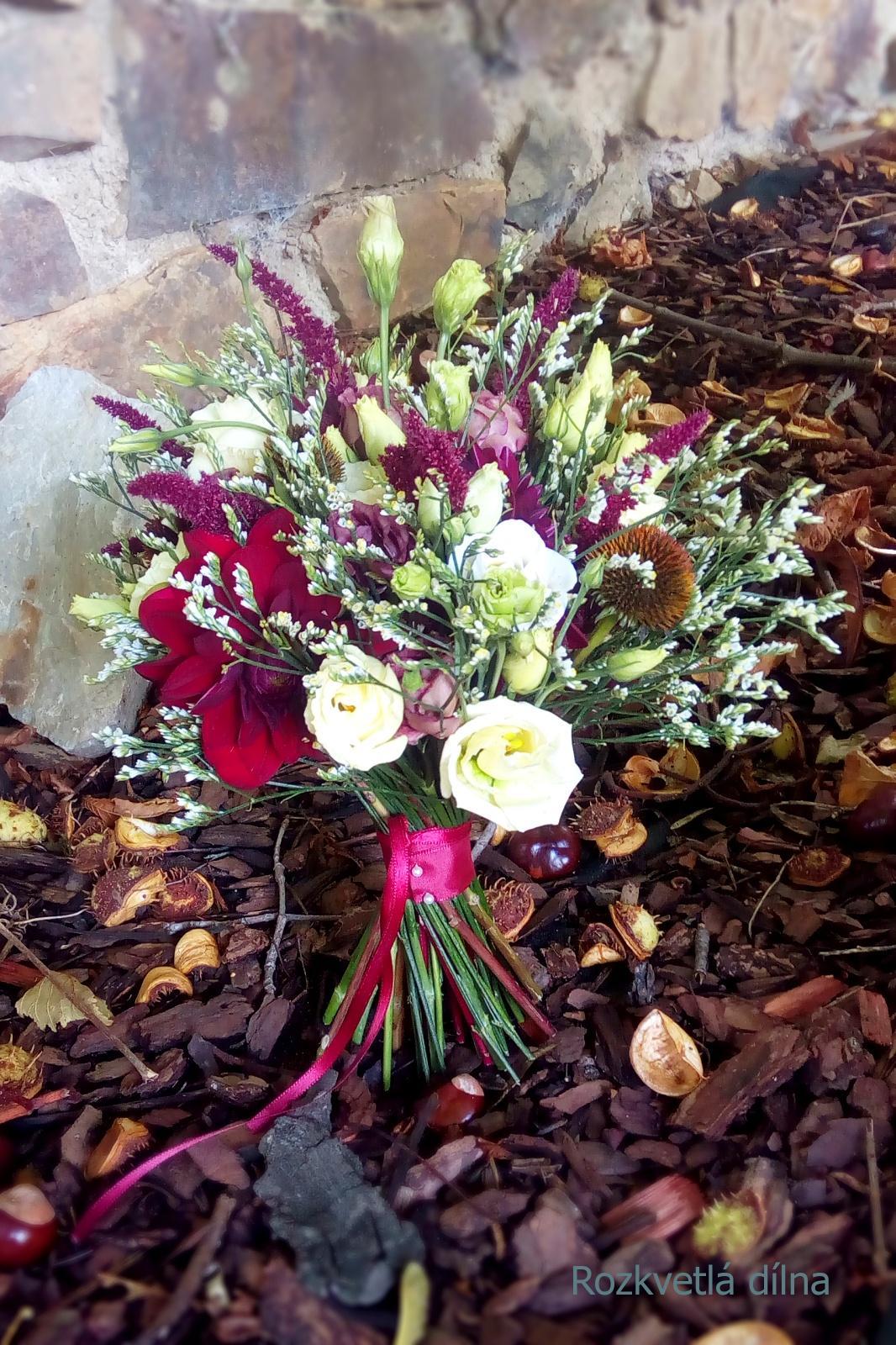 Podzimní svatba v bordó-krémové pro Káju a Toma - Svatební kytice v bordó tónech