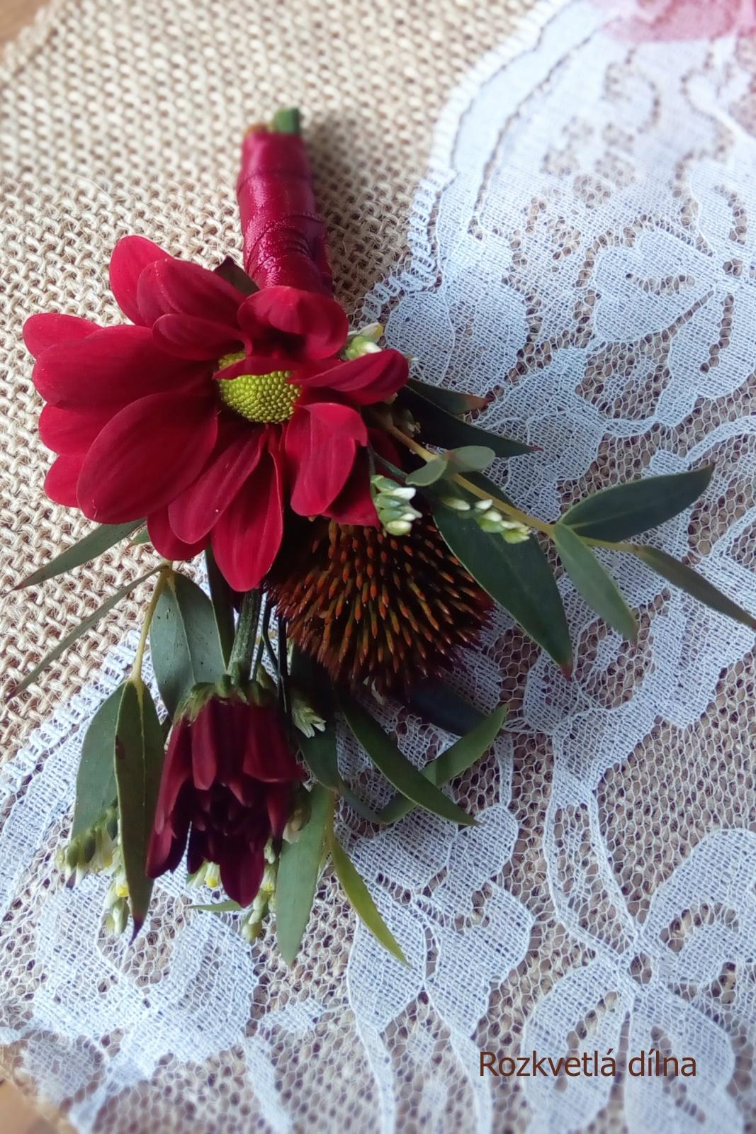Podzimní svatba v bordó-krémové pro Káju a Toma - korsáž pro ženicha