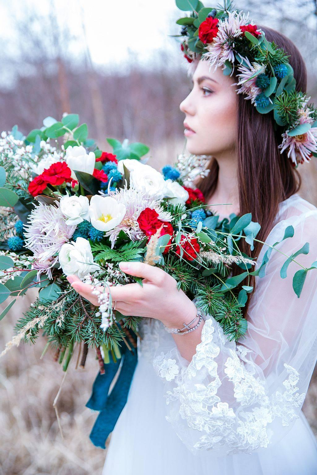 Úžasný editorial v zimě-jarním kabátu - Foto: Simona Velkoborská, květiny: Rozkvetlá dílna, šaty: Mia Bella