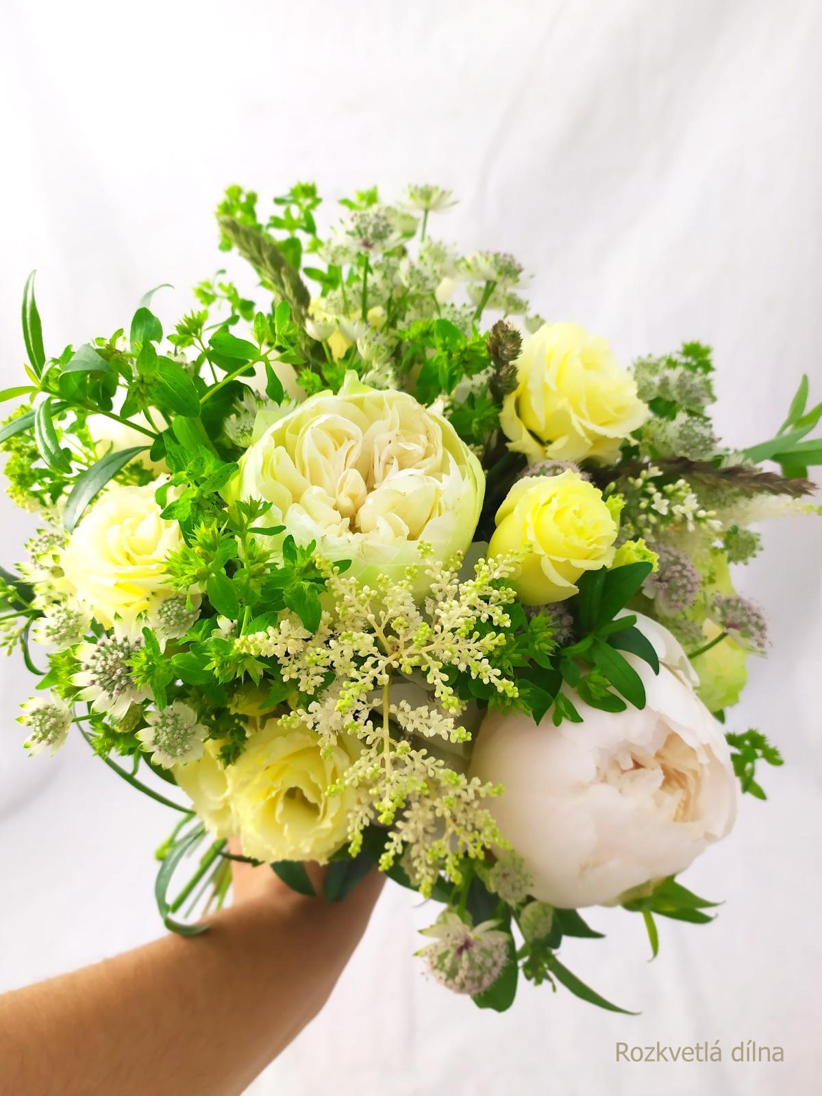 Červnové pivoňkové kytice z Rozkvetlé dílny - Trošičku střapatá kytice pro nevěstu v bílo-zelené a krémové.