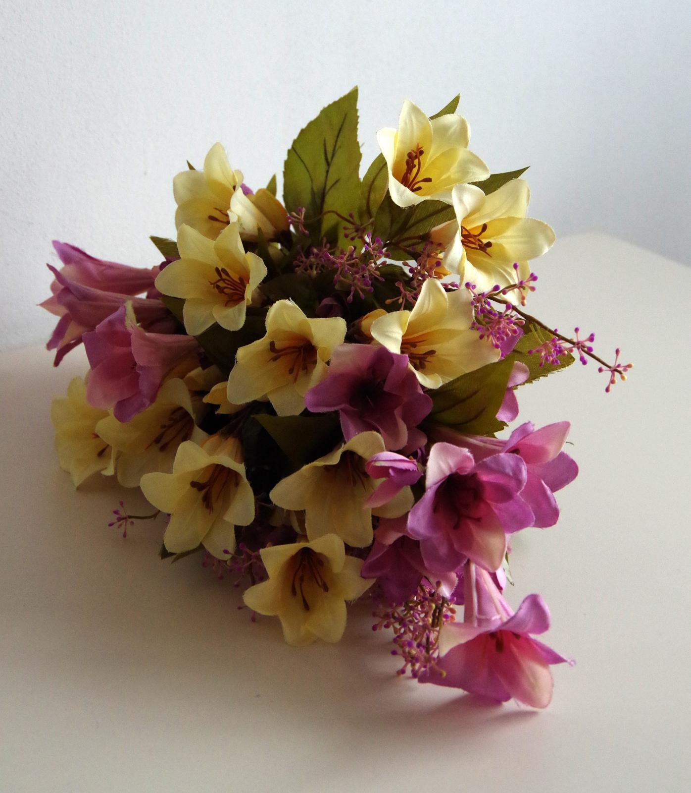 Převislá kytice z lilií - látkové květy - Obrázek č. 1