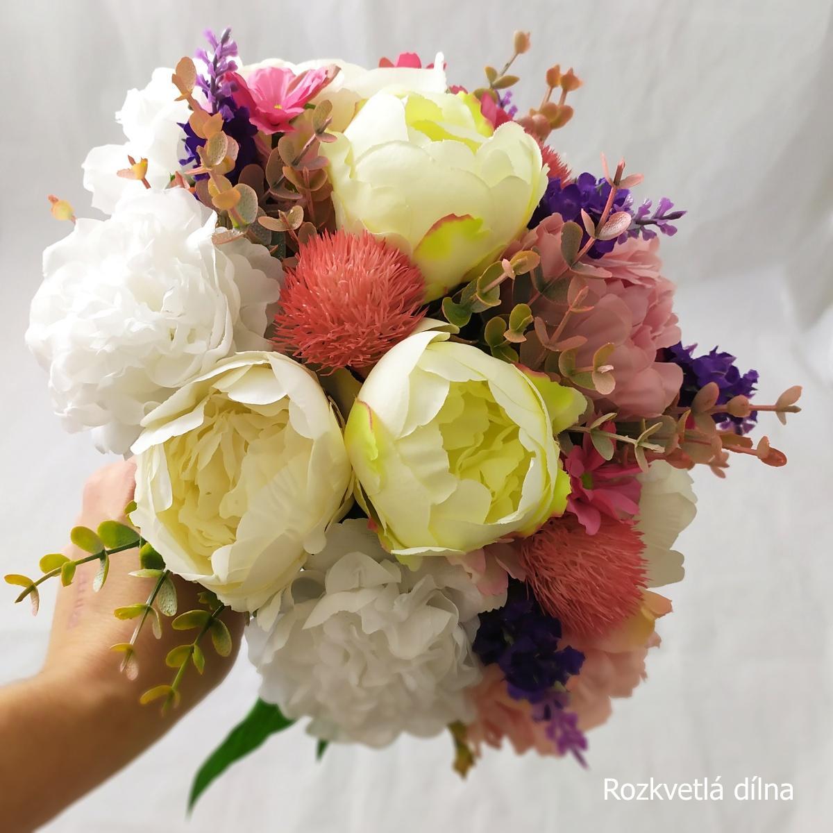 Umělá kytice z pivoněk a pryskyřníků  - Obrázek č. 4