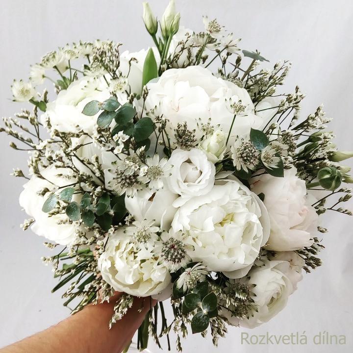 Milé nevěsty, pokud sháníte dodavatele na svatební květiny, budu ráda, když nakouknete do mé dílny. Mám ještě i nějaké volné termíny, proto neváhejte poptat ten Váš! Budu se těšit na Vaše květinové výzvy! - Obrázek č. 3