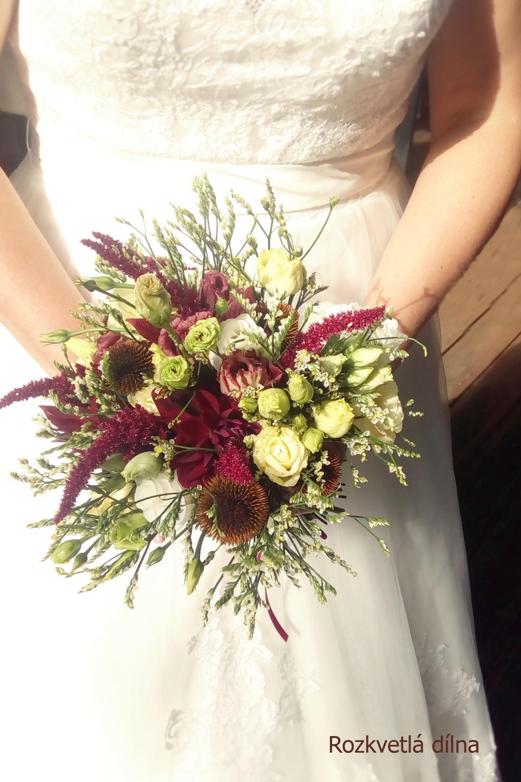 Léto se nám už stáčí k podzimu a s ním přicházejí ty krásné barevné a zemité svatby. Podzimní nevěsty, jaké máte v plánu barvy na tento podzim? Vkládám příklady z minulých let, které vznikly v mé dílně. Pokud byste potřebovaly květiny ještě na tento rok, napište, termíny ještě mám jak na podzim, tak na zimu. Otevřená je rezervace i na rok 2022. - Obrázek č. 2