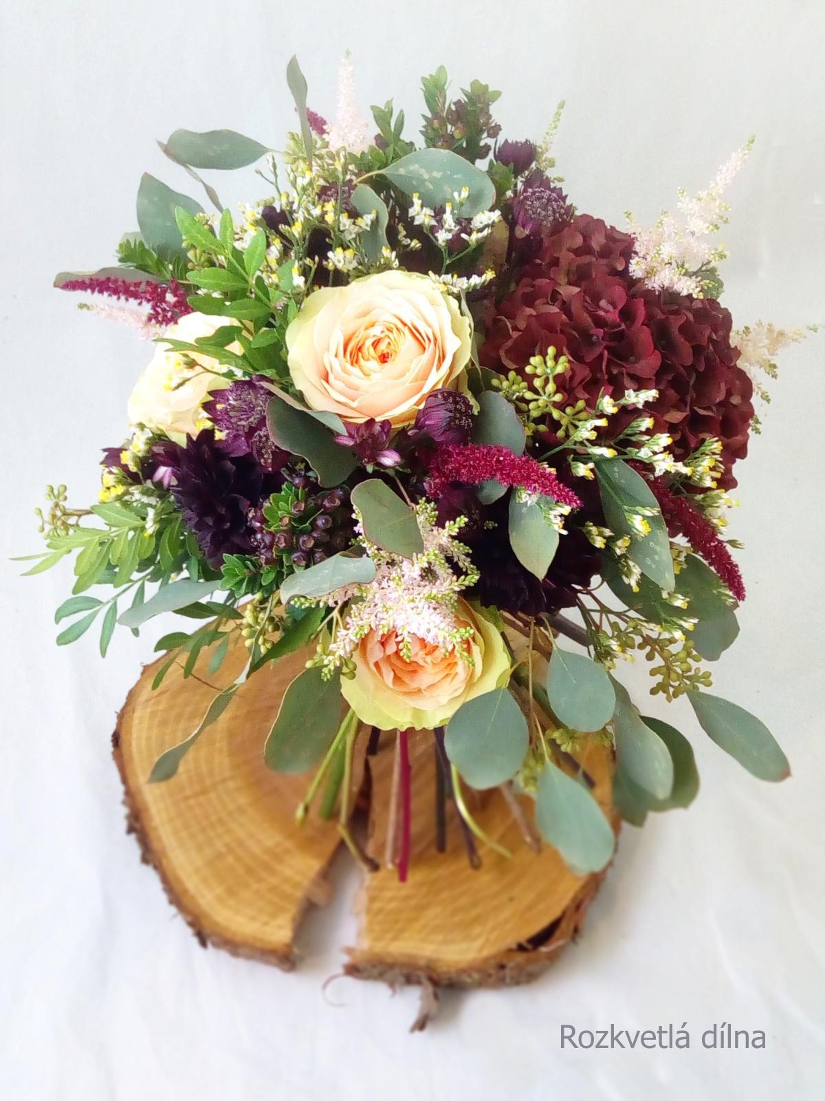 Léto se nám už stáčí k podzimu a s ním přicházejí ty krásné barevné a zemité svatby. Podzimní nevěsty, jaké máte v plánu barvy na tento podzim? Vkládám příklady z minulých let, které vznikly v mé dílně. Pokud byste potřebovaly květiny ještě na tento rok, napište, termíny ještě mám jak na podzim, tak na zimu. Otevřená je rezervace i na rok 2022. - Obrázek č. 3