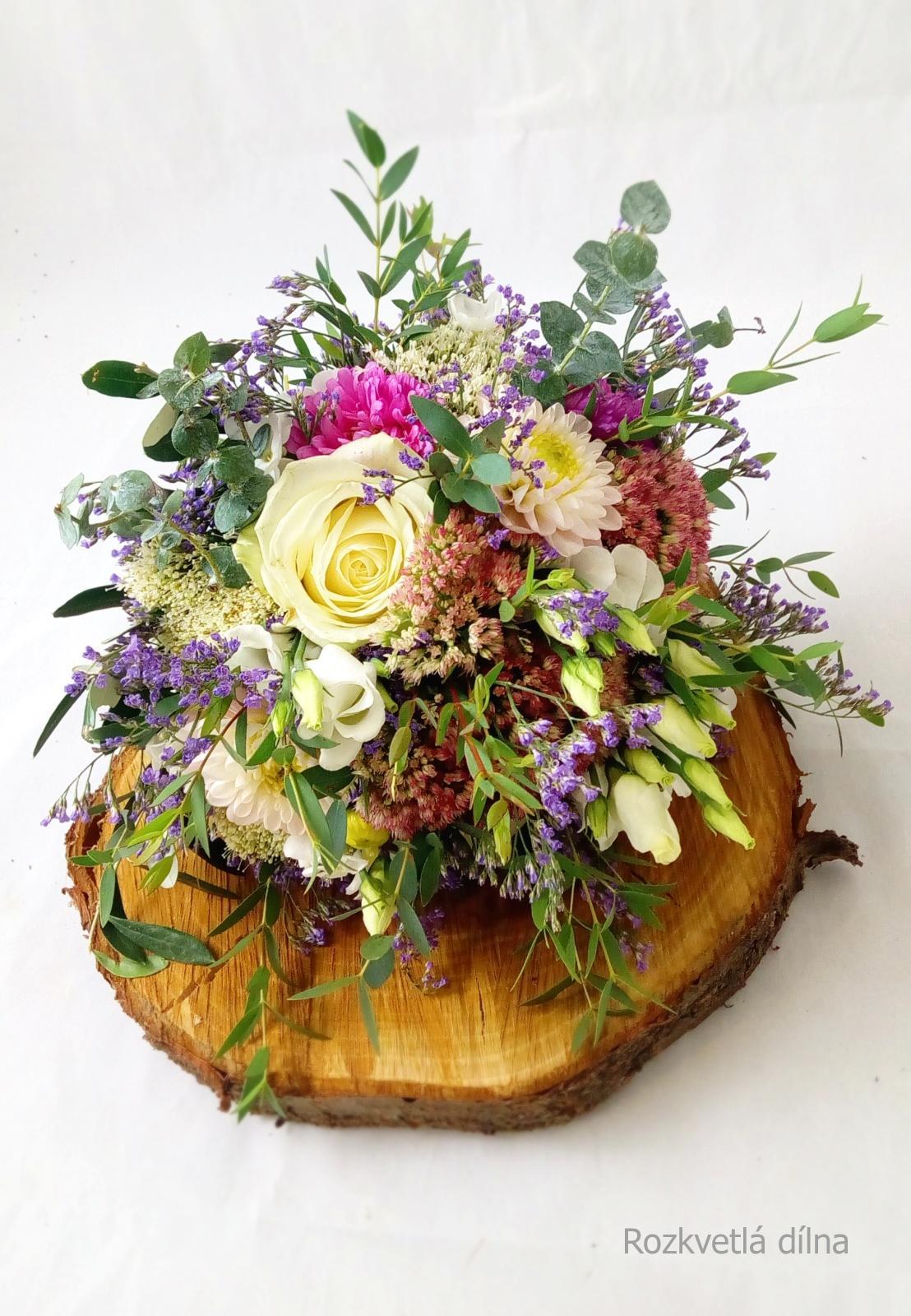Léto se nám už stáčí k podzimu a s ním přicházejí ty krásné barevné a zemité svatby. Podzimní nevěsty, jaké máte v plánu barvy na tento podzim? Vkládám příklady z minulých let, které vznikly v mé dílně. Pokud byste potřebovaly květiny ještě na tento rok, napište, termíny ještě mám jak na podzim, tak na zimu. Otevřená je rezervace i na rok 2022. - Obrázek č. 5