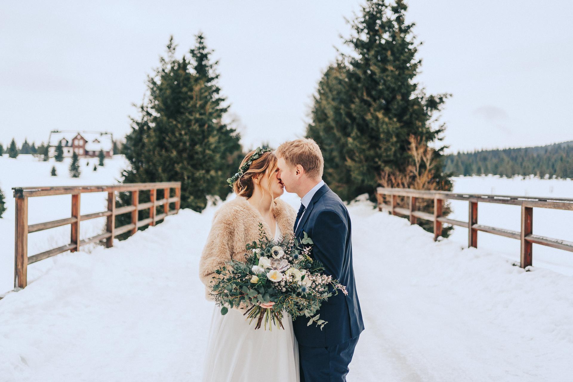 Kolik tady máme nevěst, co plánují svatbu na zimu? Vkládám příklady z mých zimních květinových realizací. Mají opravdu své kouzlo a výhody pro organizaci! Pokud byste potřebovaly květiny ještě na tento rok, napište, termíny mám. Otevřená je rezervace i na rok 2022. - Obrázek č. 2