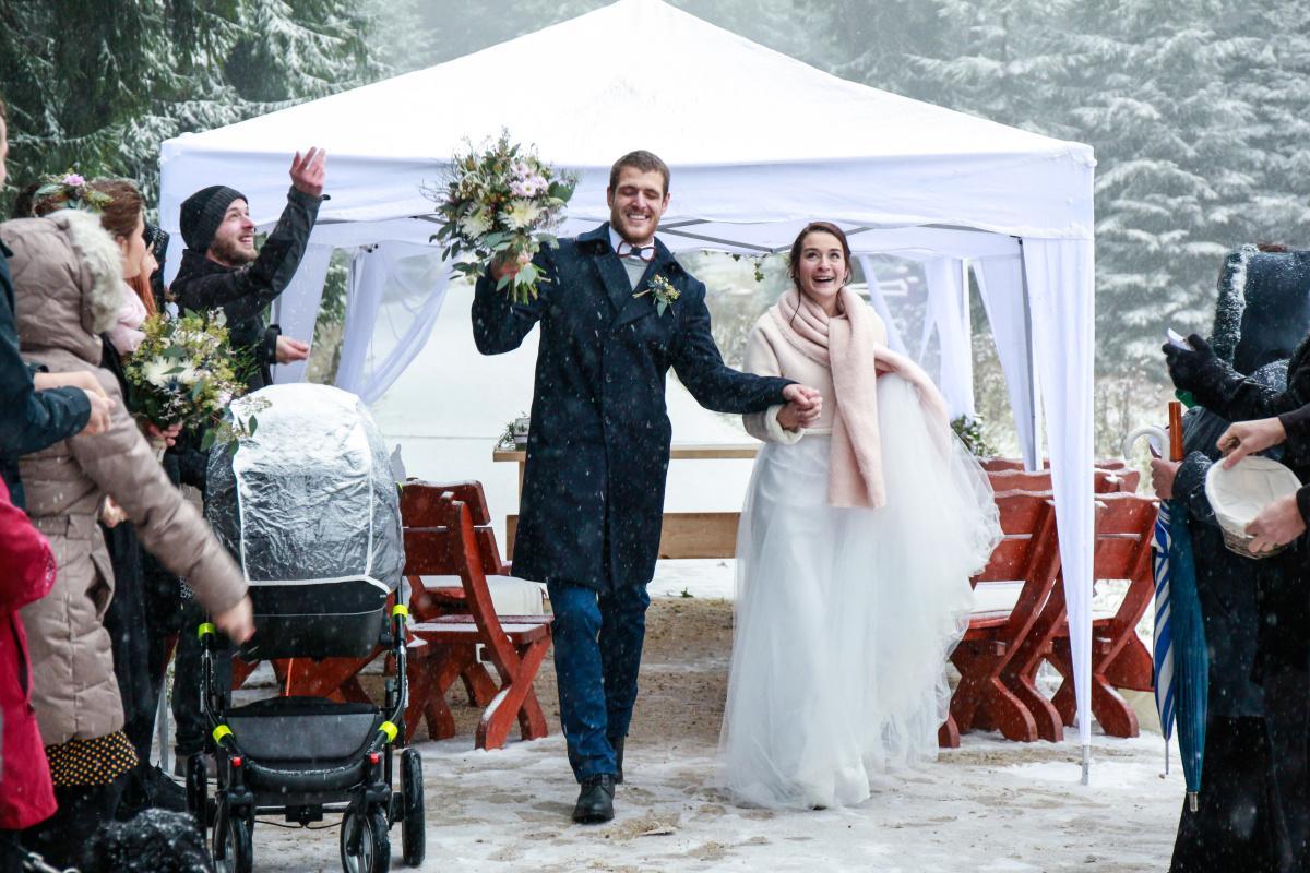 Kolik tady máme nevěst, co plánují svatbu na zimu? Vkládám příklady z mých zimních květinových realizací. Mají opravdu své kouzlo a výhody pro organizaci! Pokud byste potřebovaly květiny ještě na tento rok, napište, termíny mám. Otevřená je rezervace i na rok 2022. - Obrázek č. 3
