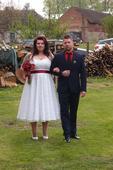 Svatební šaty s rudou stuhou, 44