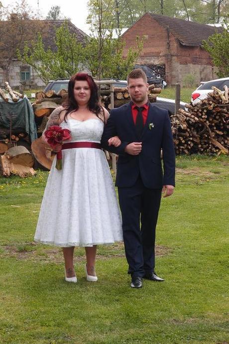 Svatební šaty s rudou stuhou - Obrázek č. 1