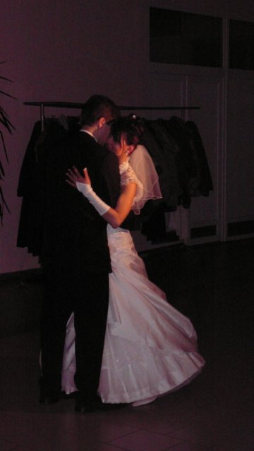 Evka{{_AND_}}Majko - nadherne prekvapenie od kameramanov kedy zhasli svetla a tanec patril len nam a manzel ma vzal na ruky a vychutnali sme si ten okamih stastia
