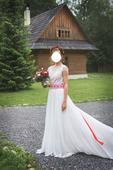 Svadobné šaty s ľudovým vyšívaným opaskom, 34