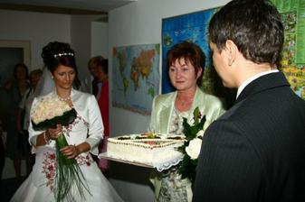 předávání dortu mamince nevěsty