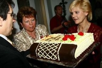 předávání dortu mamince ženicha