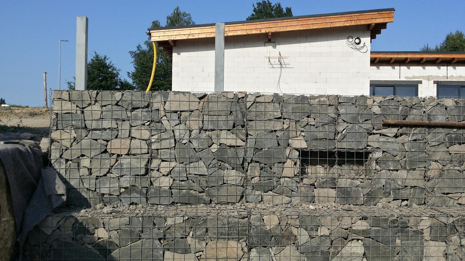 Opěrná zeď z gabionu 08/2017 - prosvětlená treláž na sklaničky u hlavního vchodu do domu