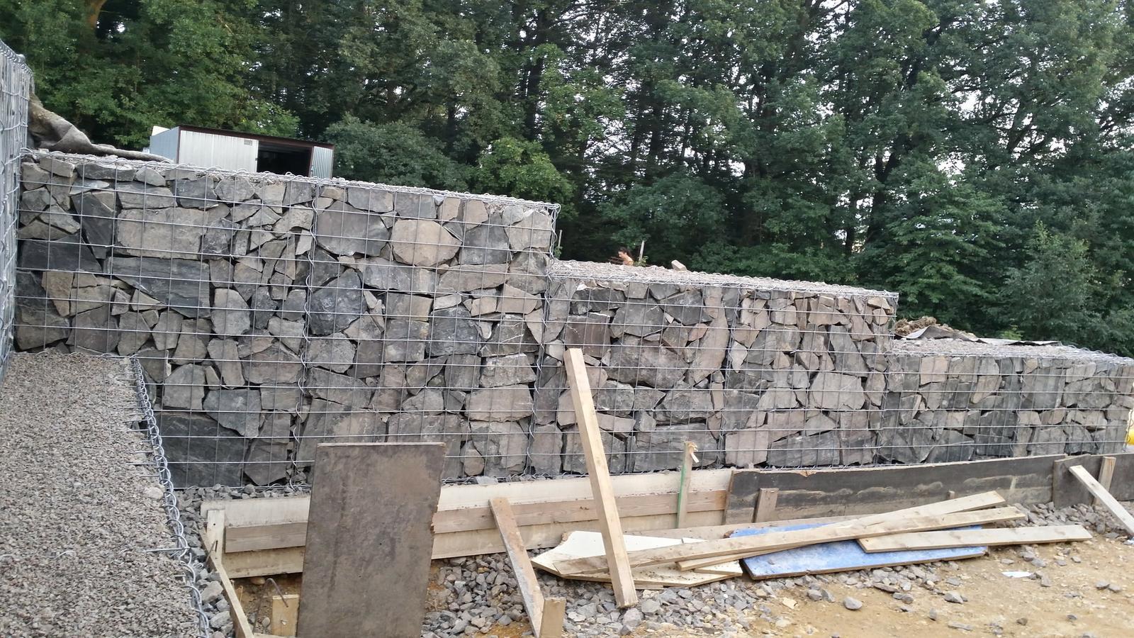 Opěrná zeď z gabionu 08/2017 - a pohled z rohu