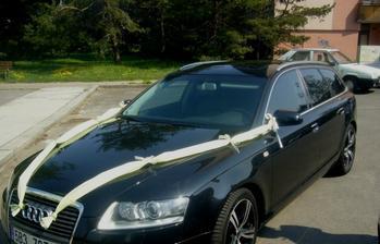 auto ženicha, obě auta měla vlizelín ozdobený světlezenou stužkou s tvarovacím drátkem