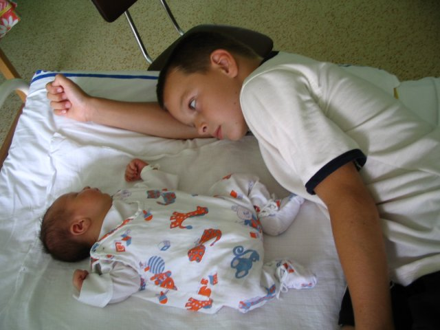 Magdalena Zamrazilová{{_AND_}}Jaroslav Bednář - bráchové :o)) mladšímu jsou právě dva dny - červenec 2006