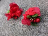 sponky s červenými květy,