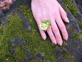 prstýnek s zelenkavou růžičkou,