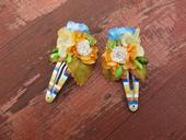 oranžovo-modré květinové sponečky,