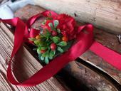 náramek s červenými květy a bobulkami,